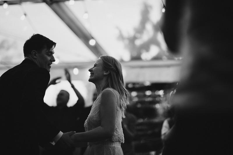 linksmos vestuves namuose